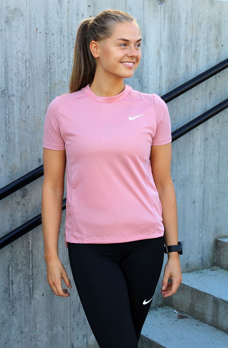 Bilde av Nike  W MILER TOP SS 932499-685 RUST PINK
